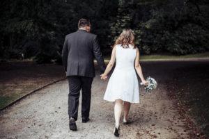 Paar geht Weg entlang